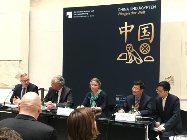 7月5日新闻发布会(左一为德国柏林国家博物馆总馆长艾森豪威尔,右二为上海博物馆馆长杨志刚).jpg