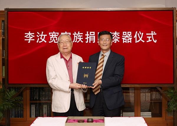 上海博物馆馆长杨志刚向李经泽先生颁发捐赠证书.jpg
